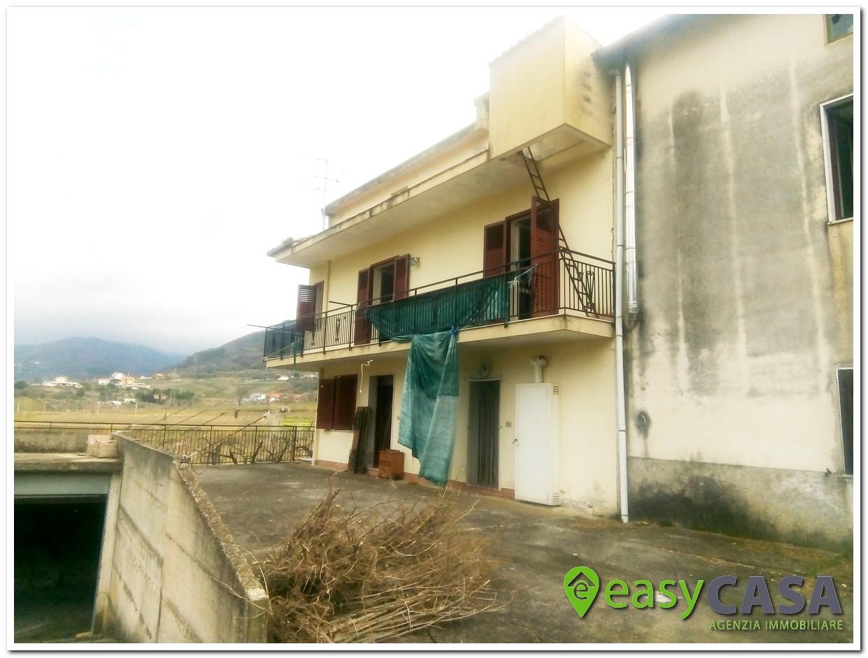 Casa in campagna con terreno a Montecorvino Rovella (SA)