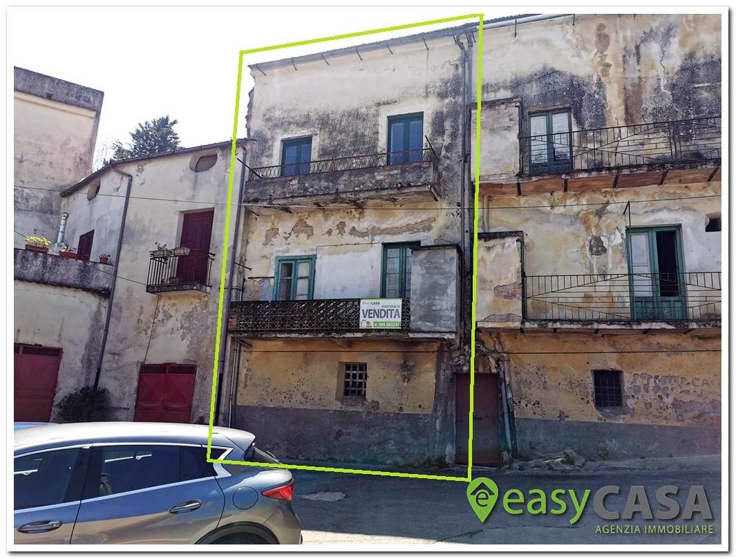 Intero fabbricato da ristrutturare a Montecorvino Rovella (SA)