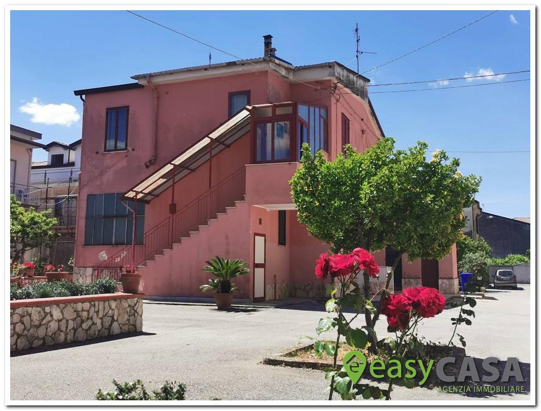 Casa con giardino e garage a Montecorvino Rovella (SA)